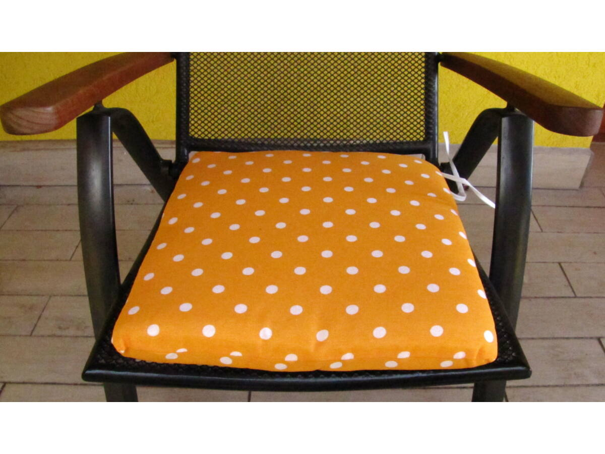 Pöttyös narancs alapú kötős ülőpárna