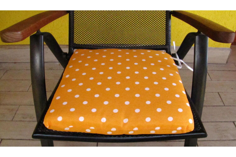 Pöttyös narancs alapú kötős ülőpárna 38 x 41 x 5 cm